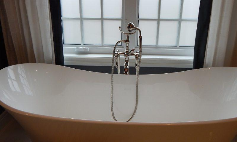 Stylowy detal w łazience – stojąca bateria wannowa