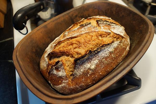 chleb wypieczony w garnku rzymskim