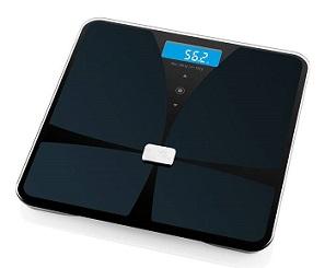 czarna waga elektroniczna ETA Christine 1781 90000 z wieloma funkcjami umożliwiającymi analizę masy ciała, jak ilość wody w organizmie, pomiar tłuszczu, masy kostnej itp.